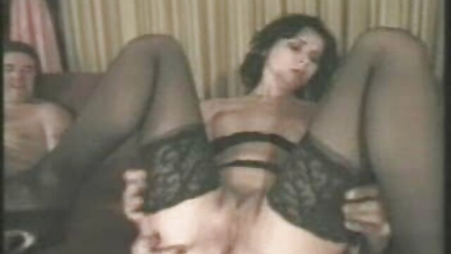 یک دختر فیلم سینمایی sexy رقص استریپتیز در مقابل یک دختر و پاک دیک خود را