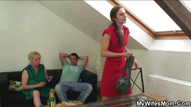 سبزه در جوراب ساق بلند به صورت خوراکی نوازش یک مرد فیلمهایسینماییسکسی بلند