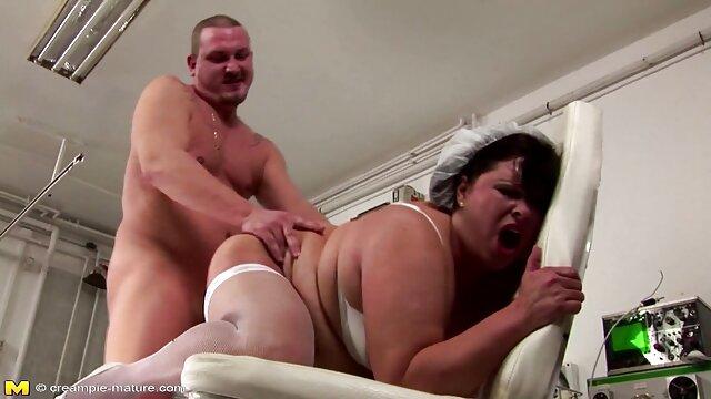 در یک کمربند سیاه فیلم سینمایی سکسی با زیرنویس و سفید می درخشد با یک مناقصه