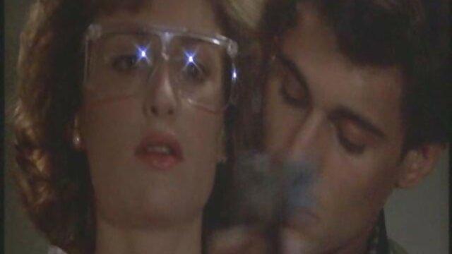 Fucks در سبزه خالکوبی در یک گردنبند در فیلم سینمایی پورن دار مقابل یک وب کم