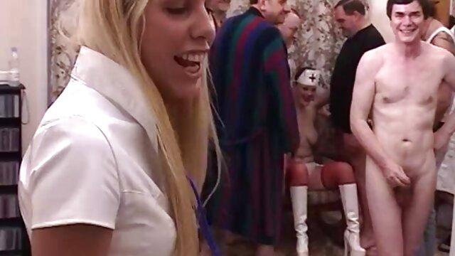 برده در جوراب ساق بلند سیاه و سفید تسلیم به استاد خود و ناله با صدای بلند سینمایی کمدی سکسی