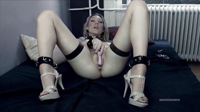 یک زن بسیار زیبا در کفش پاشنه بلند نوازش دانلود رایگان سینمایی پورن خودش