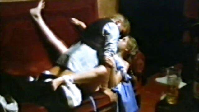خالکوبی مرد به طور فعال سکس سینمایی خارجی از licks بیدمشک شیرین از معشوقه مورد علاقه خود را