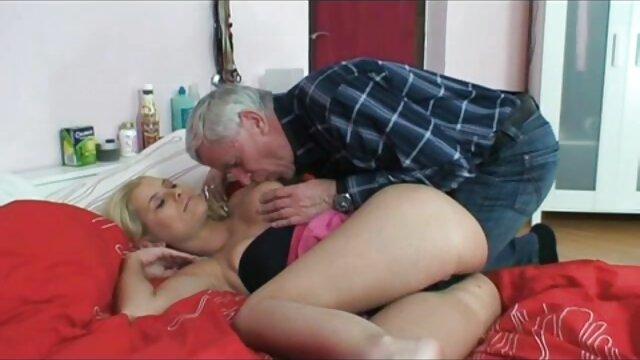 بانوی پیر بدن جذاب را نشان سکس سینمایی طولانی داد