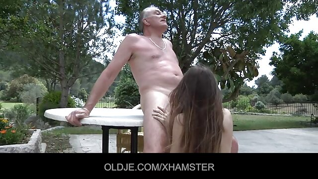 شوهر پاره شلوار استرچ همسرش و او را در بیدمشک فاک در یک دوربین آماتور فیلم سینمایی سوپر سکسی