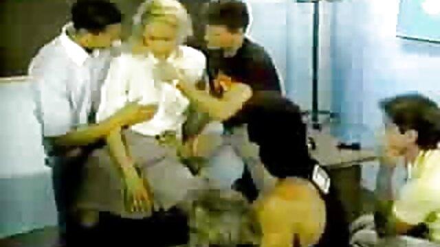 خواهر در جوراب ساق بلند سفید با فيلم سينمايي سكسي دزدان دريايي نونوجوانان بزرگ نشان می دهد بدن زرق و برق دار او